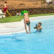 Young photographer takes pictures at the pool — Foto de Stock