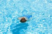 Garçon nageant dans la piscine — Photo