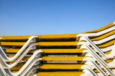 Structure of stapled beach beds in the morning at the beach — Foto Stock