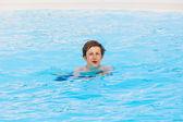 プールで泳いでいる少年 — ストック写真