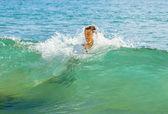 мальчик имеет удовольствие прыгать в волнах — Стоковое фото