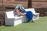 Carini ragazzi seduti su una panchina a bordo piscina — Foto Stock
