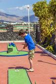 Ragazzo ama giocare a mini-golf — Foto Stock
