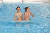 Bröderna spelar tillsammans i poolen — Stockfoto