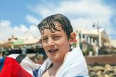 счастливый мальчик с полотенцем на пляже — Стоковое фото