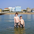 Brothers in the sea at the beach of Jesolo, Venice, Italy in refreshing wat — ストック写真