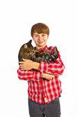 Sevimli çocuk onun kedi ile sarılma — Stok fotoğraf