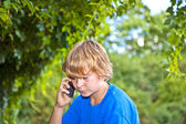 Jovem rapaz, falando em um telefone celular. — Fotografia Stock