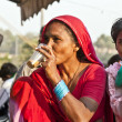 Woman drinking tea in the Meena bazaar in Delhi — Stock Photo