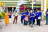 Buddhistischer Mönch erklärt die Geheimnisse der Tempel Bereich Wat pho — Stockfoto