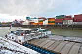 Navires et conteneurs dans le port de récipient en hiver — Photo