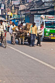 Pushcart puller in Chawri Bazar, Delhi early morning — Stock Photo