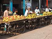 Sell fruits at Chawri Bazar in Delhi, India — Stock Photo