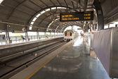 DELHI - NOVEMBER 11: passengers in metro station with arriving t — Stock Photo