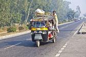 V přetížená auta na dálnici mezi dillí a agra — Stock fotografie