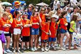Turuncu tişört seyirci yeni pil park'ta gösterisi izle — Stok fotoğraf