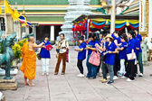 Buddhist monk explains the secrets of temple area Wat Pho — Stock Photo