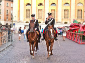 Police on horses are watching and helping the spectators enterin — Stock Photo