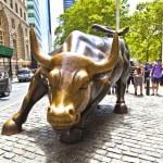 Landmark Charging Bull in Lower Manhattan — Stock Photo #8654290