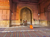 Man praying in the mosque Jama Masjid in Delhi — Stock Photo