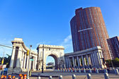 Gate to manhattan Bridge in new York with construction site and — Stock Photo