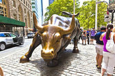 Landmark Charging Bull in Lower Manhattan — Stock Photo