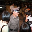 Police tries to calm down demonstrants - vendors of Patpong Nigh - 图库照片