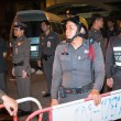 Police tries to calm down demonstrants - vendors of Patpong Nigh - Foto Stock