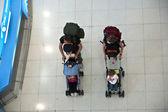 Pasajeros en el aeropuerto internacional de suvarnabhumi — Foto de Stock