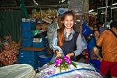 Las mujeres están vendiendo flores frescas en el mercado de la mañana — Foto de Stock