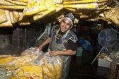 Vrouwen zijn de verkoop van verse bloemen op de ochtend markt — Stockfoto