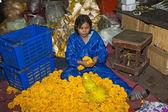 Les femmes vendent des fleurs fraîches sur le marché du matin — Photo