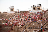 Are watching the opening of the opera in the arena of ver — Stock Photo