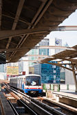 The sky train enters a station in Bangkok — Stock Photo