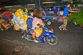 Transport flowers at Pak Khlong Thalat market — Stock Photo