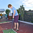 Boy playing mini golf in the course - Foto Stock