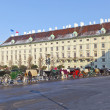 Horse drawn fiaker at the Hofburg for tourists in Vienna — Stock Photo #8892753