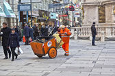 Man cleaning the street at Graben in Vienna — Stock Photo