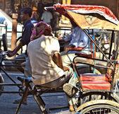 Człowiek opiera się w jego cyklu riksza — Zdjęcie stockowe