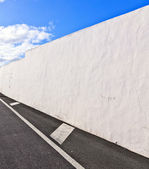 White wall withpart of street gives a harmonic pattern and medir — Stock Photo