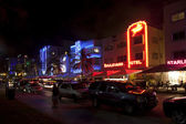 Night view at Ocean drive on in Miami Beach in the art deco dist — Stock fotografie