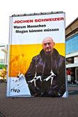 Les artistes ont un spectacle sur cordes pour promouvoir un livre de jochen schwei — Photo