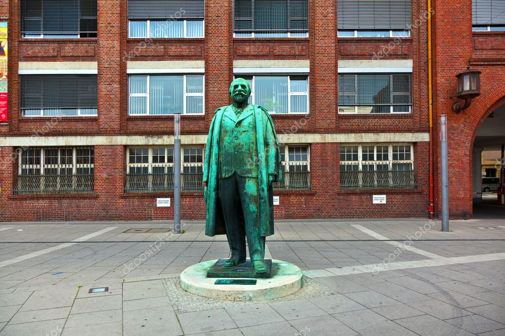 RUESSELSHEIM, GERMANY - MAY 11,2011: statue of founder of the car factory OPEL - GM . The brick building was inaugurated in 19th century. — Stock Photo #9090739