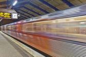 Vlak odjíždí ve směru barmbek stanice roedingsmarkt — Stock fotografie