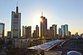 Met het oog op skyline met een wolkenkrabber in frankfurt — Stockfoto