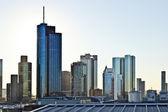 Découvre à la ligne d'horizon à francfort avec des gratte-ciel — Photo