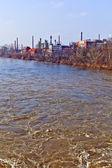 Oude chemische fabriek in rivier belangrijkste in frankfurt — Stockfoto