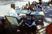 Lärare undervisar barn i utomhus klassrummet — Stockfoto