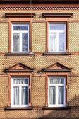 Fasaden på ett gammalt hus med fönster — Stockfoto