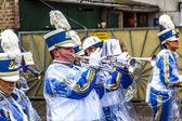 El desfile de carnaval se mueve a través de la ciudad — Foto de Stock